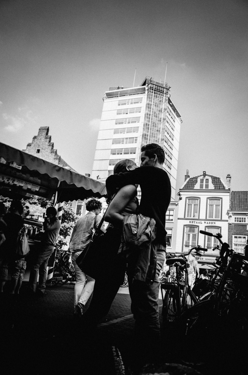 love, air, love is in the air, photography, photograph, wouter brandsma, wouter, brandsma, light and shadow, feeling, feelings, kiss, hug, couple, man, woman,  black and white, shadow and light, light and shadow, ricoh gr, gr ricoh, ricoh gr digital, gr digital, pentax gr, pentax ricoh gr, pentax, stroll photography