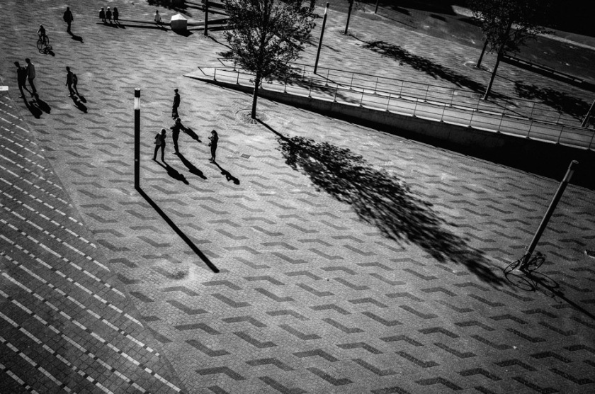 photograph, photography, street photography, stroll photography, black and white, b&w, people, street, light, shadows, light and shadows, ricoh gr, ricoh gr digital, pentax